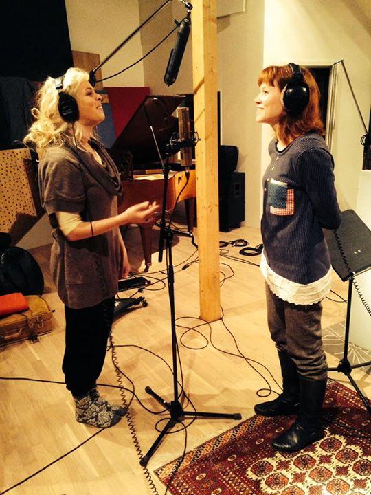 Sofie og Cecilie synger kor.jpg