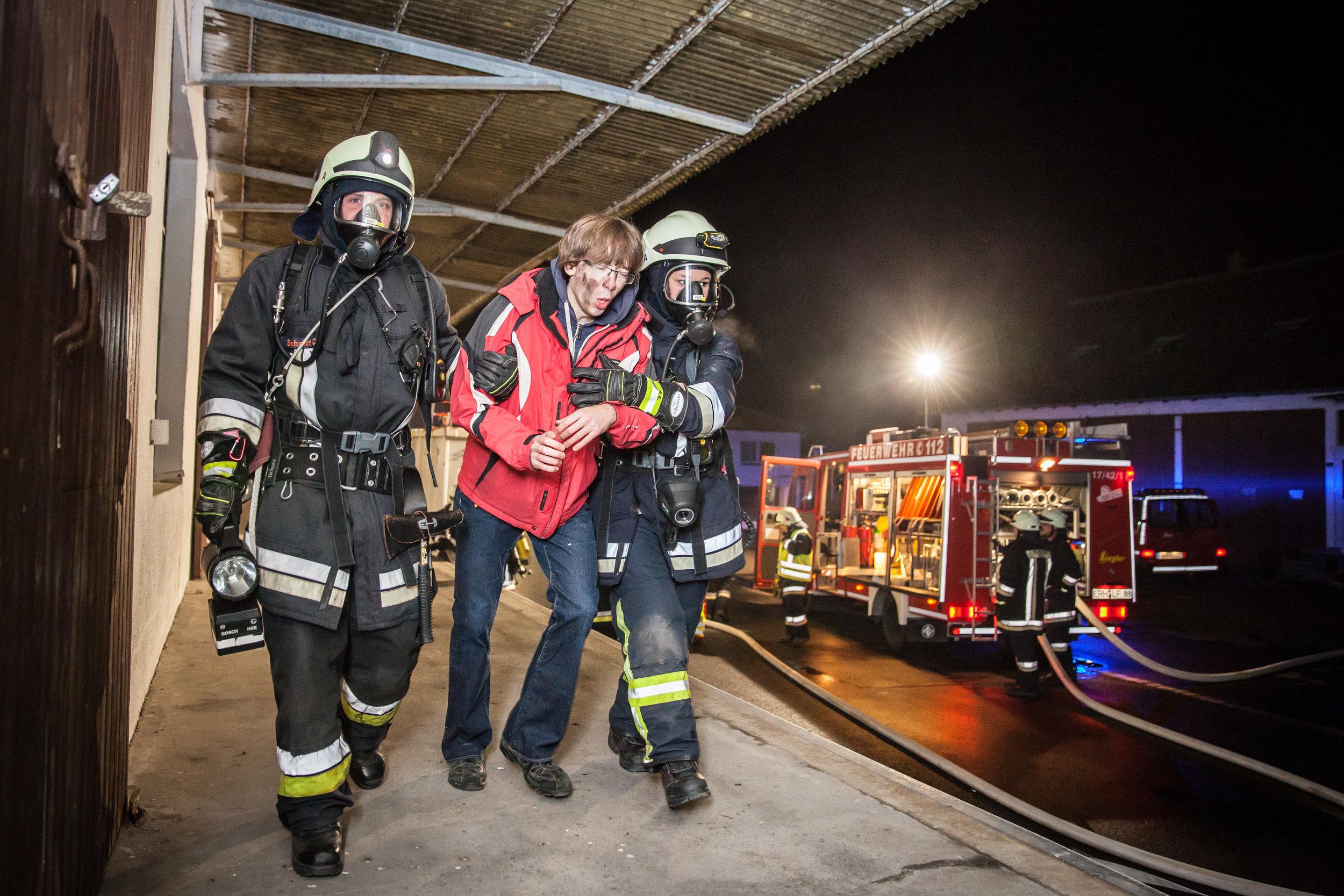 Angriffstrupp hat die erste Person aus dem Brandobjekt gerettet...