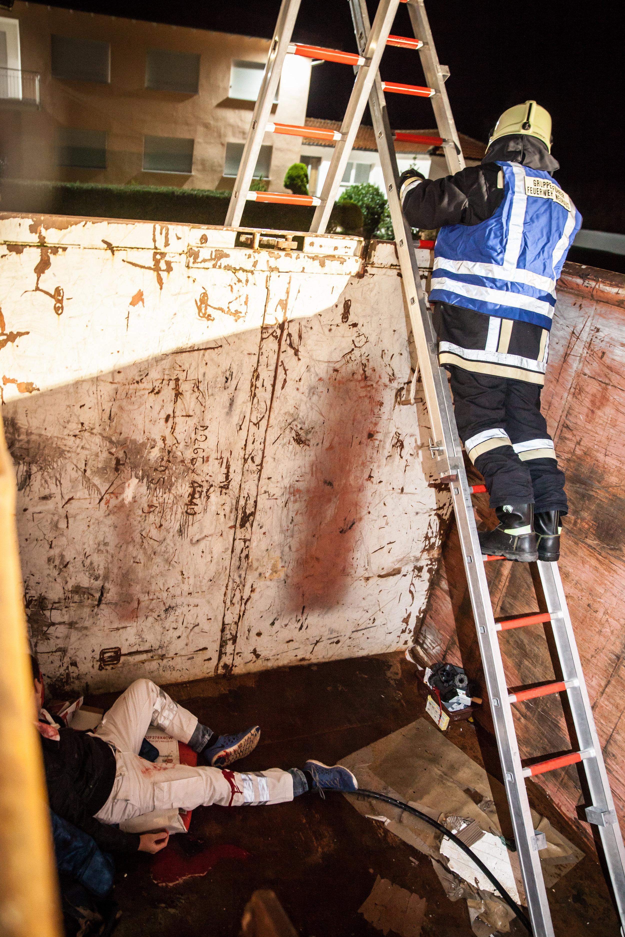 Eine weitere, schwerverletzte Person wurde in einem übermannshohen Container gefunden...