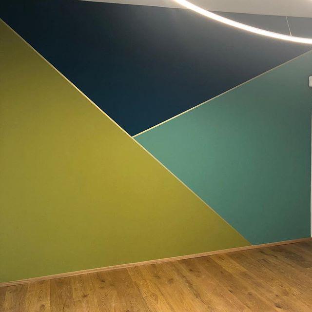Giocare con i colori, fa bene all'architettura... #colours #interiordesign #architecture #playingwithcolors #geometry #rushfinale #soproud #brass #vesoi