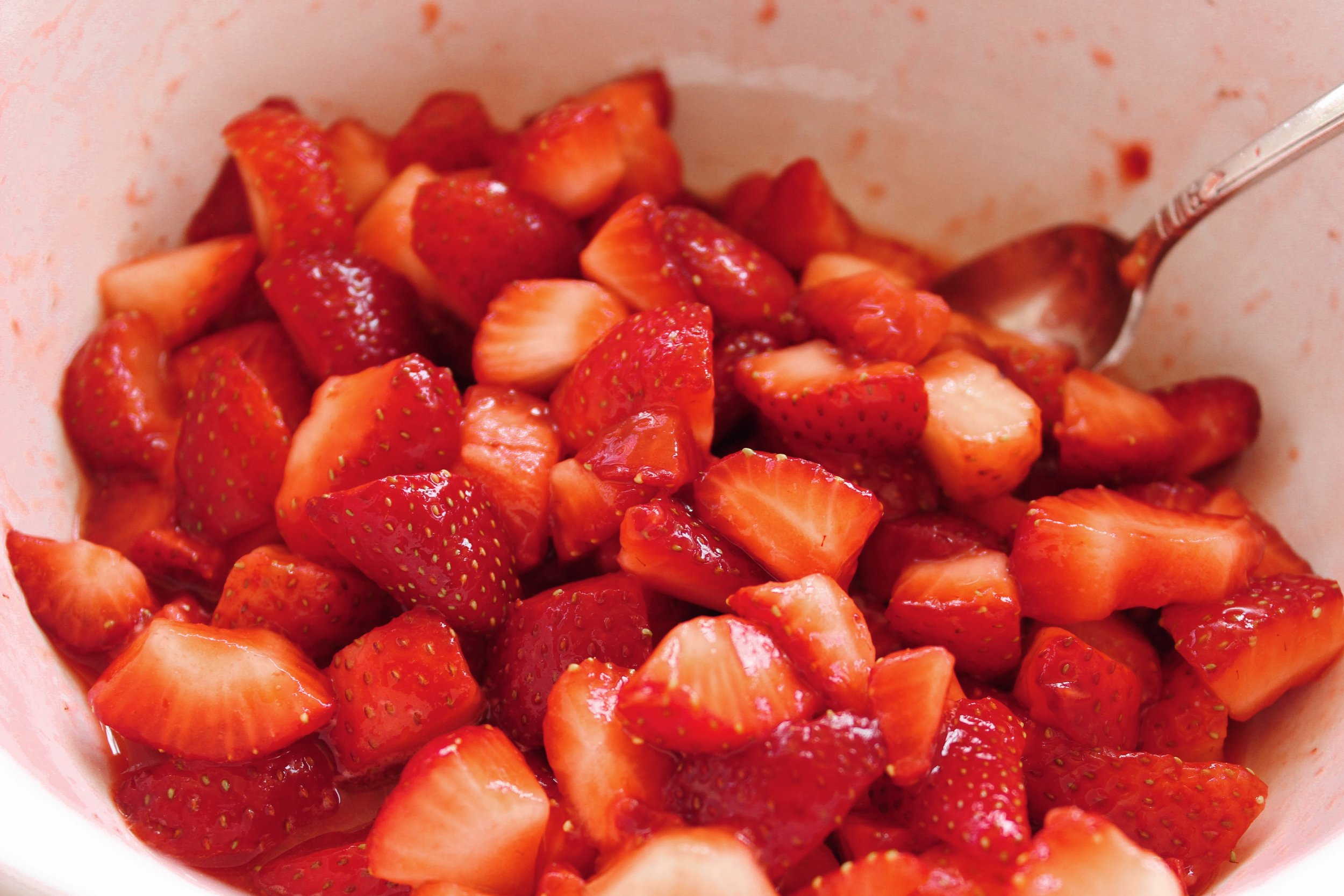 Add lemon juice and superfine sugar to a bowl and mix with the sliced strawberries until completely coated. Cover and place in the refrigerator to stew.