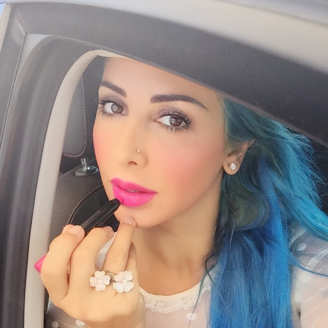 90% of the time I put my makeup on when I'm in the car! And now I'm obsessed with this Giant Pen Stick by @maxfactorarabia it is Colour Elixir Vibrant Pink 15 #joellembc1 #makeup #eyebrowtattoo @maisondejoelleofficial #pink #lips #bluehairdontcare #skyblue
