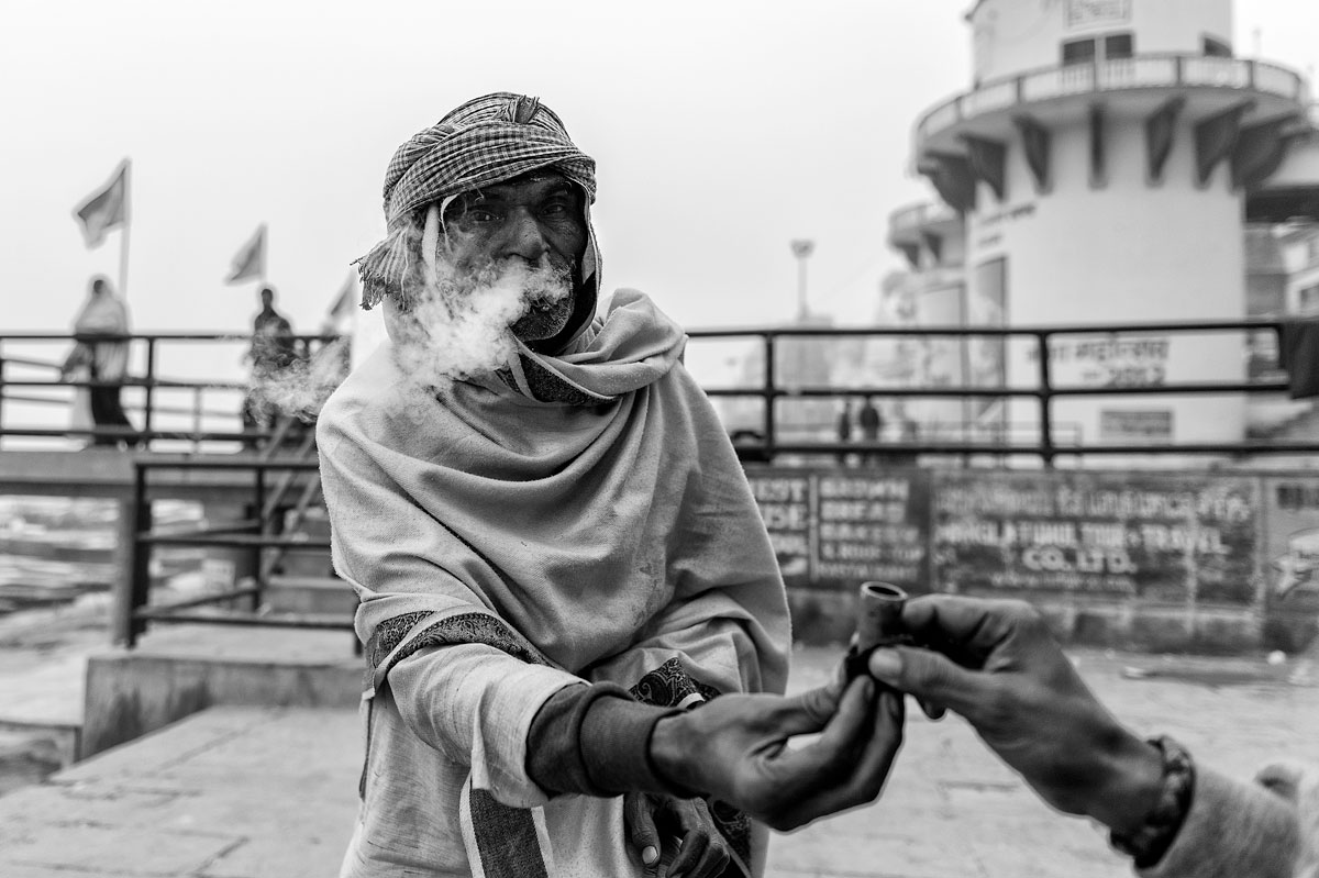 Once again through my picture archive, Varanasi in January 2013 moments that I have forgotten, relaxed early in the morning on the banks of the Ganges, discuss life with a baba a holy man who smokes with pedestrians Marijuana. It is cold but a good time to meet people and drink tea. A wonderful moment to explore Varanasi, the holy city.