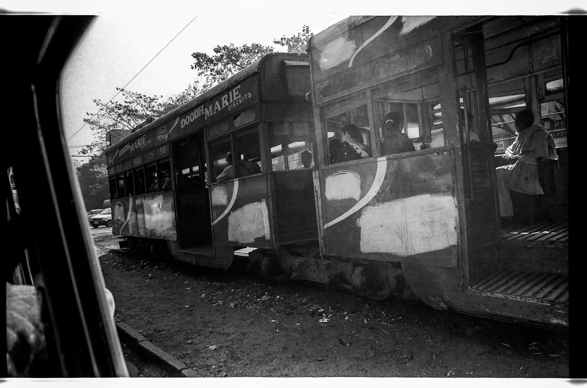 I'm looking at my photo archive, photos from the year 2004 Here in a taxi which passes by a tram. It is currently the only operating tram network in India and the oldest operating electric tram in Asia, running since 1902. Where often the streets are blocked and it goes faster on foot. But is a great opportunity to discover the city, of course, needs a lot of patience.