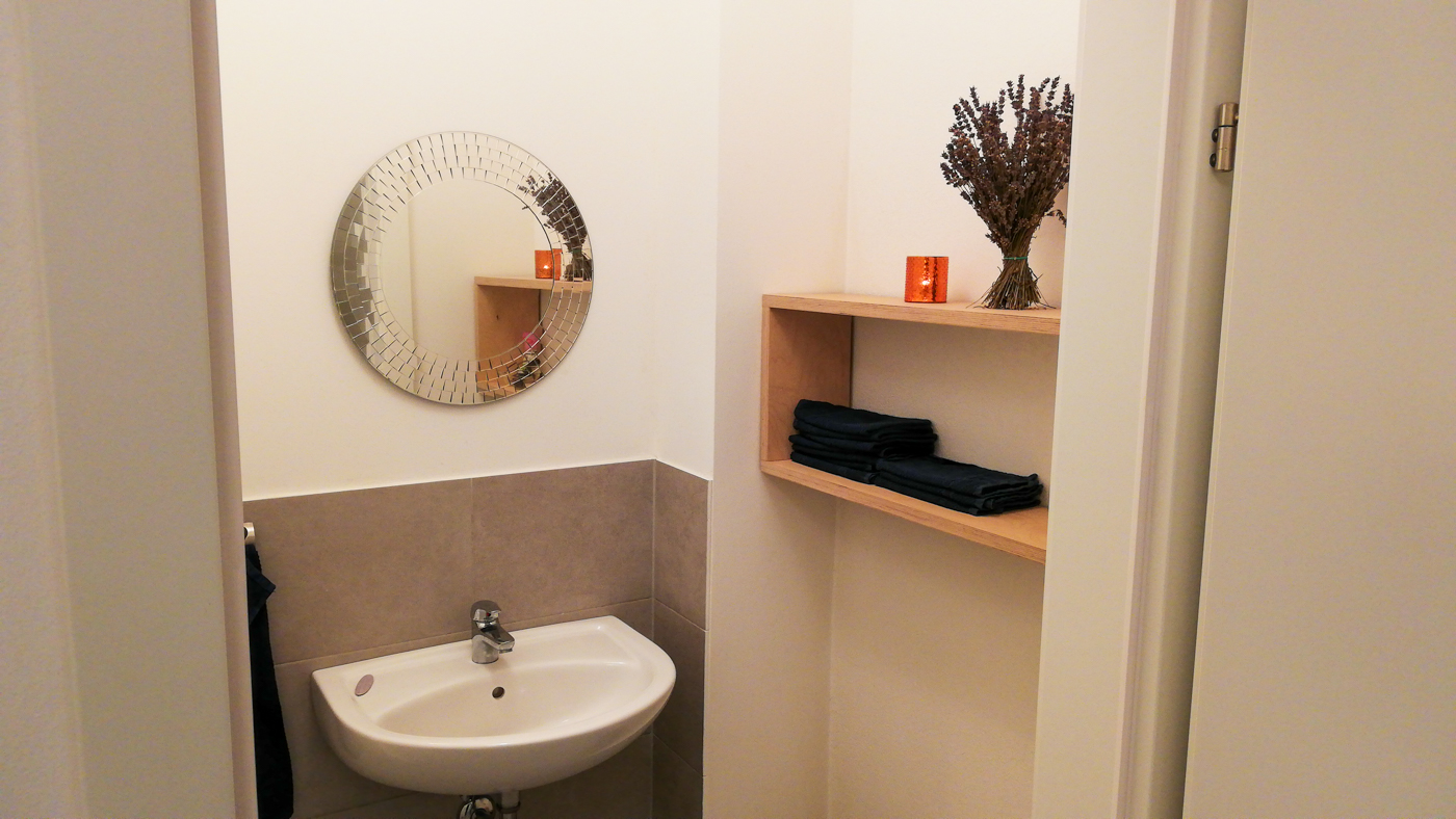 Der Waschraum mit Handtüchern für die SchülerInnen