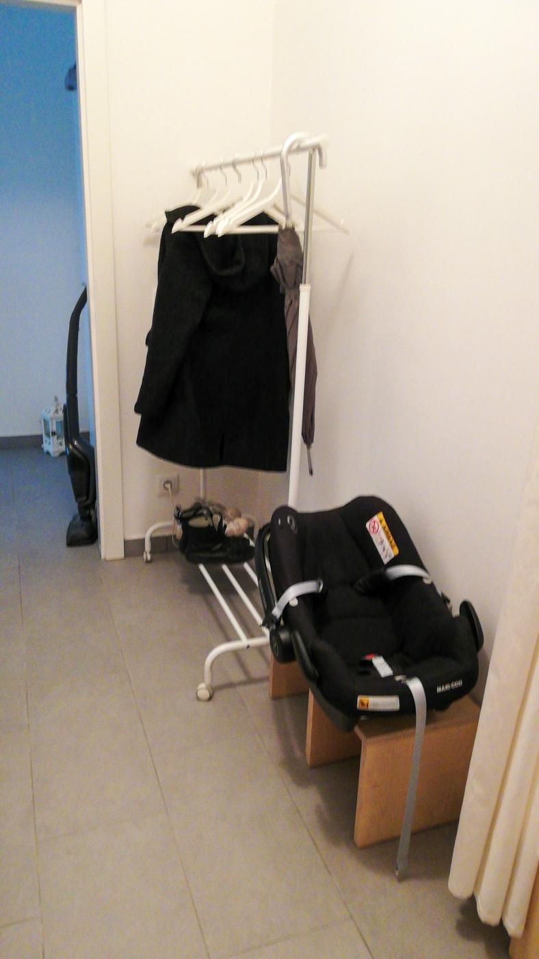 Im Eingangsbereich der Umkleide können Jacken und Schuhe abgelegt werden
