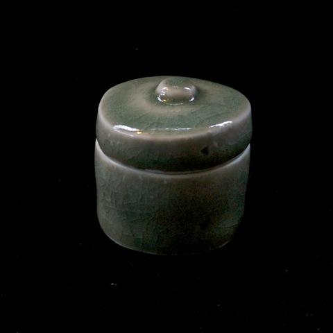 P e t e r S w a n s o n  Porcelain Lidded Box Hand Carved 50 mm x 50mm Jade Celadon Glaze £ 80