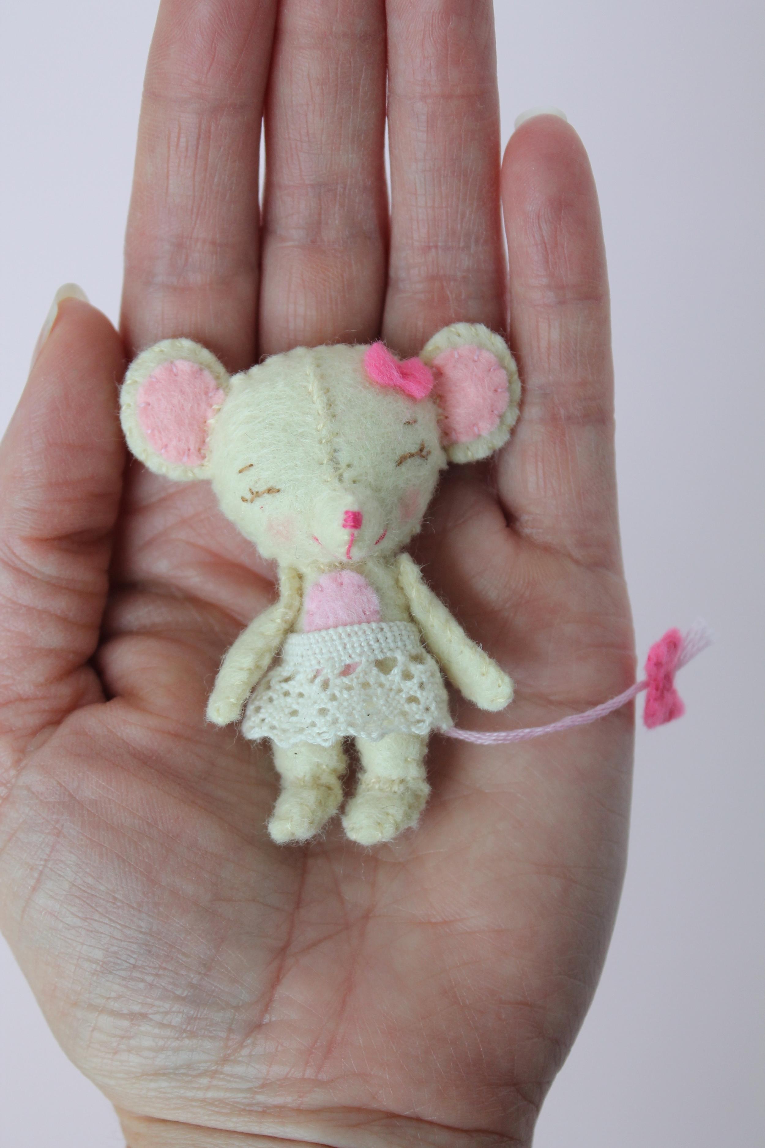 Tiny Felt mouse. Pattern from Gingermelon ETSY shop.