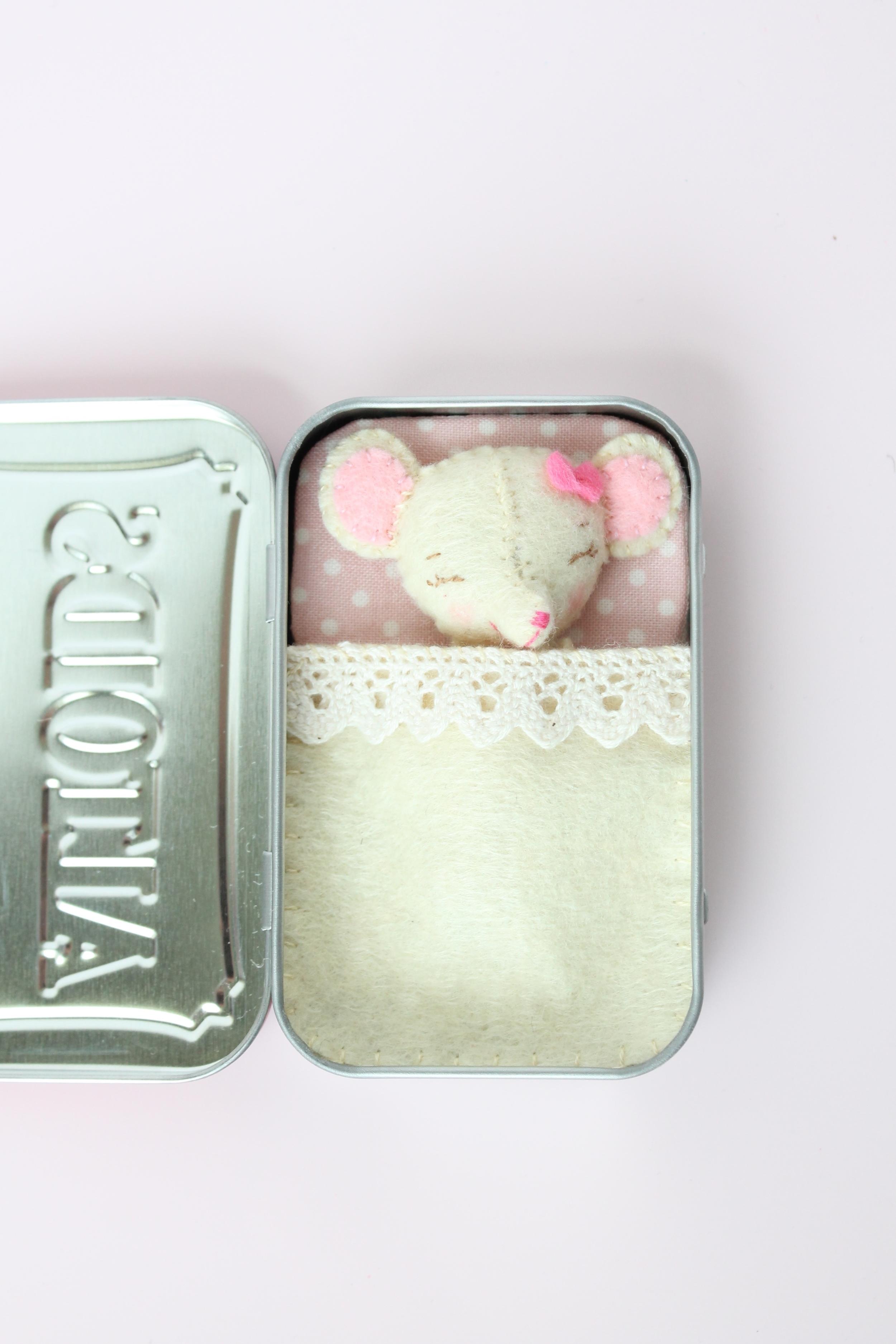 Tutorial for a little felt mouse in an Altoids tin.