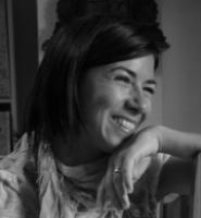 Ana Álvarez Roca :  Licenciada en Historia del Arte por la Universitat de Valencia, Master en Gestión de la Información por la UPV. Soy una apasionada de la Fotografía, la Música y la Experiencia de Usuario. Desde el 2009 me dedico profesionalmente a los archivos y mi apuesta va por el conocimiento abierto.   + info: enlace a Linkedin