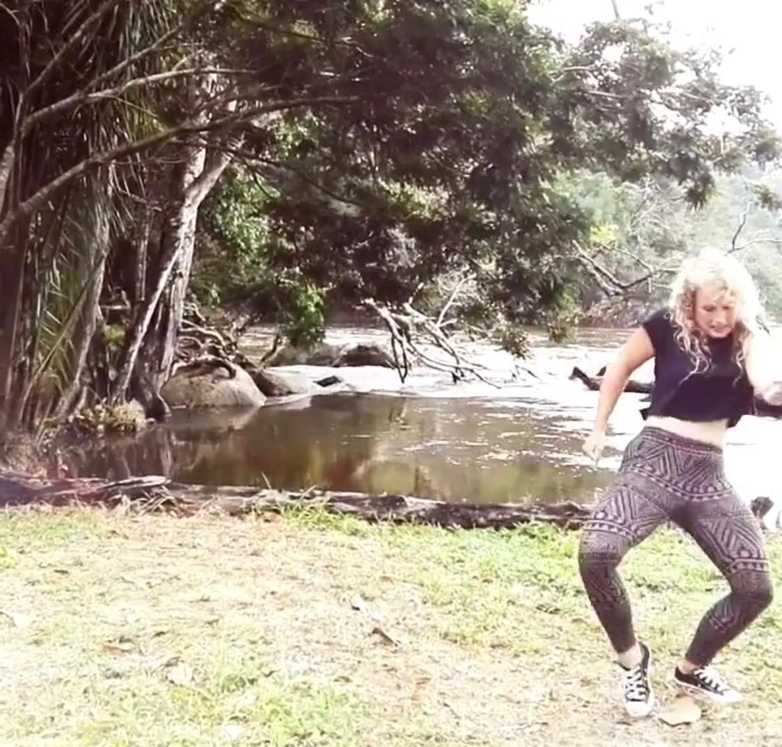 Afro fusion - Afro Fusion laat je proeven van de vele dansstijlen die aanwezig zijn in Afrika. Je tovert spontaan een glimlach op je gezicht als je de draaiende heupbewegingen van Ndombolo uit Ivoorkust ziet die worden bijgestaan door het iets snellere voetenwerk van coupe décalé uit Congo. Het rustige wordt dan weer opgevolgd door de explosieve en energierijke Afro-house en Kuduro uit Angola. Waar snelle beenbewegingen met grappige verwerkingen van dagdagelijkse gebaren gecombineerd worden met een stoere en ruige dansattitude. In Angola zeggen ze; hoe grappiger, hoe beter!Afro fusion leert je de nieuwe Afrodance generatie die overgevloeid is uit de traditionele Afrikaanse dans en het alledaagse danslevenMbora! (let's go).