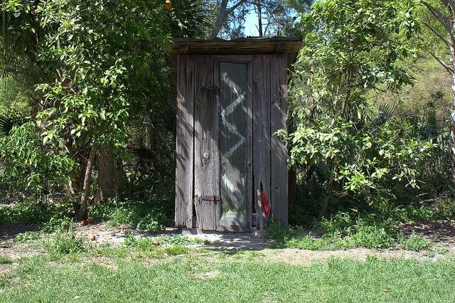de(tales): outhouse