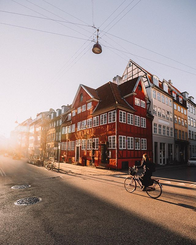 Morning commute 🚲 ↠ Swipe across for a personal favourite shot from the other morning 🌞 Copenhagen has really been having some beautiful days recently. As much as I enjoy shooting the city in the winter snow, I wouldn't mind it at all if this kept going and we got a head start on spring this year 🌿