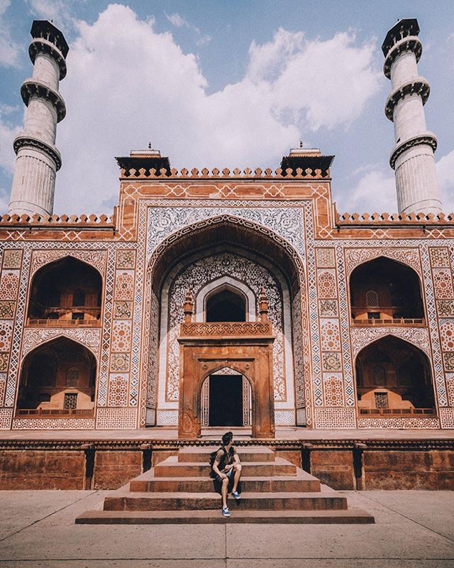 India was an absolutely incredible experience 🇮🇳 One of my favourite places I've had the chance to shoot, especially because of the vast variety of subjects, from people, to nature and architecture 📷 This being one the spectacular architectural sights we visited. This was the one day we slept in past sunrise on the trip, but it was definitely much needed. We really didn't know what to do with the day, but then @doyoutravel found this place on google and we decided to go take a look. Ended up being on the most beautiful buildings I've seen. The place is called the tomb of Akbar the great 🕌