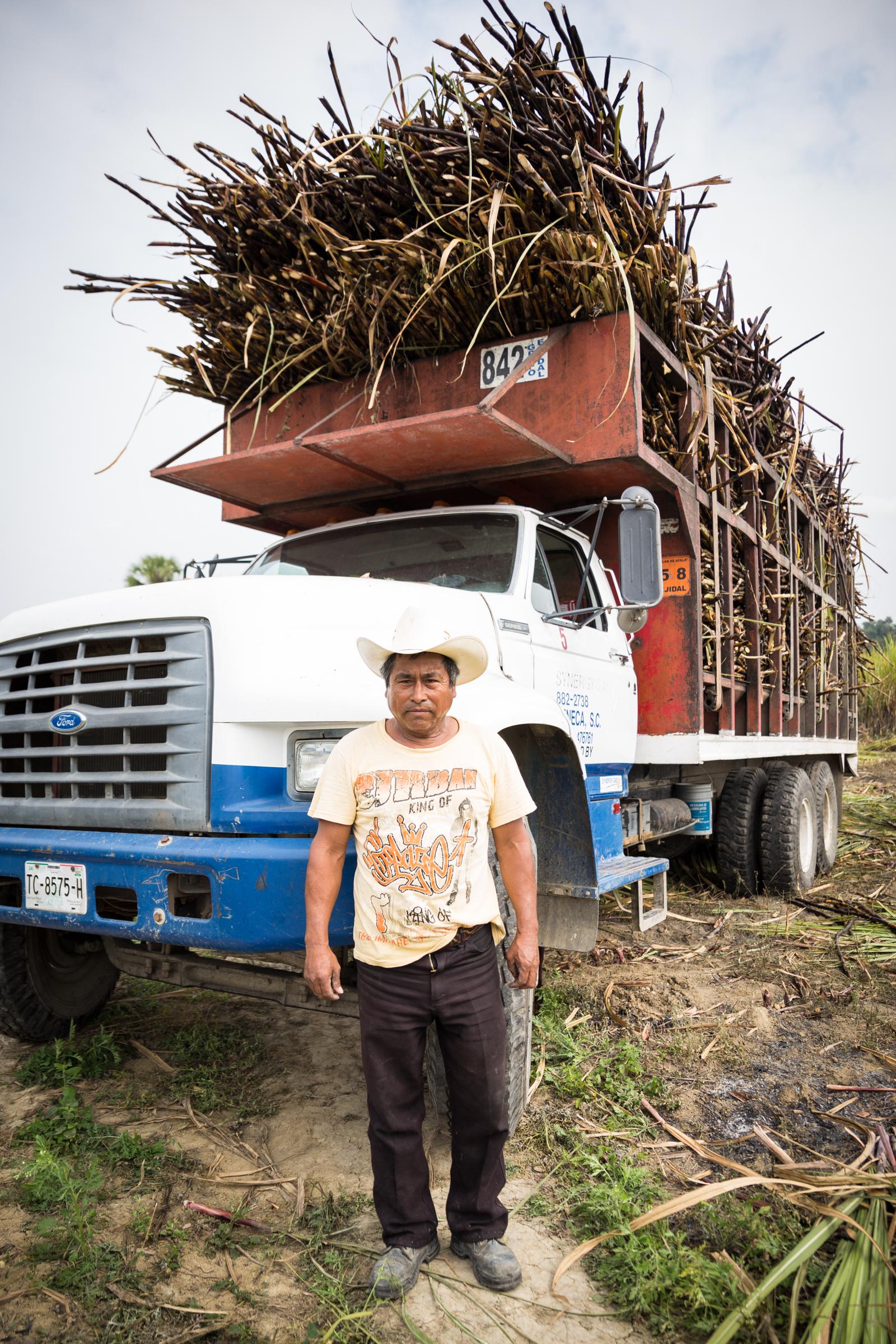 Tras el cultivo y cosecha, la caña es transportada hasta alguno de los cuatro ingenios de la zona, donde es pesada tras largas horas de espera para los transportistas.