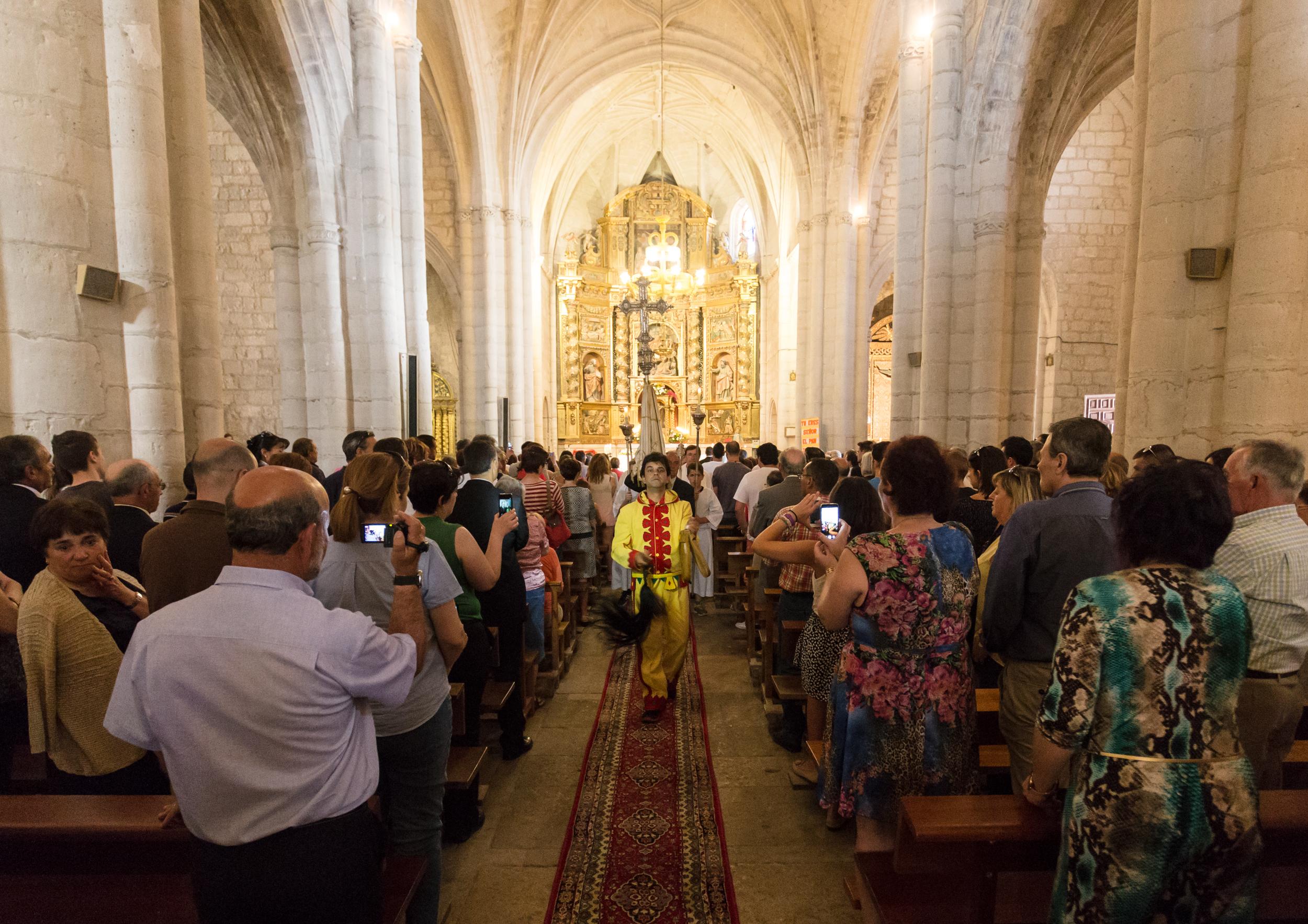 El Colacho intenta impedir la celebración de la misa haciendo sonar sus zarrañuelas.