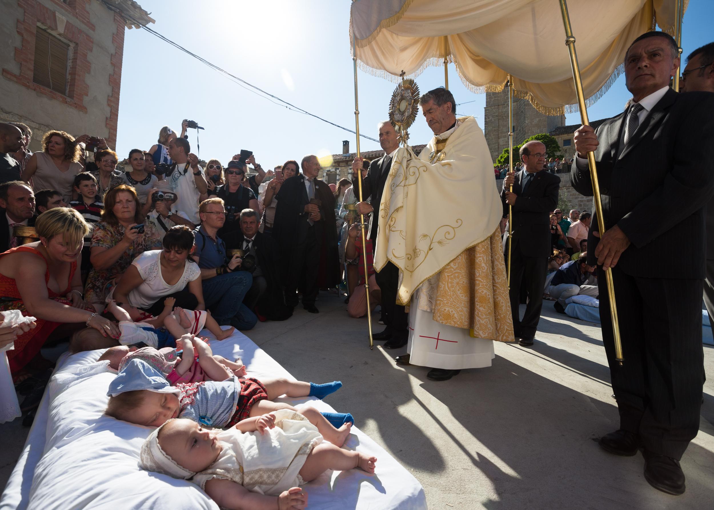El Santísimo bendice y libraa los niños de la influencia maléfica del Colacho.