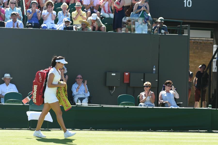 Laura Robson părăsește terenul învinsă la revenirea la Wimbledon.