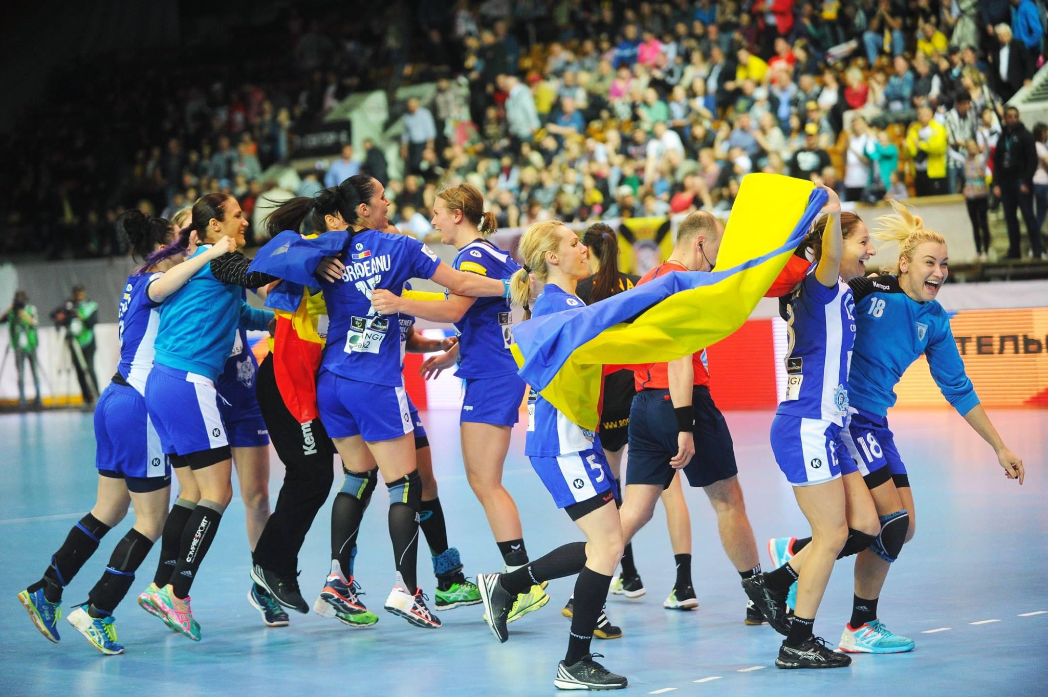 Multele straniere ale CSM-ului se îmbrățișează cu steagul României și cu cele câteva românce din lot.