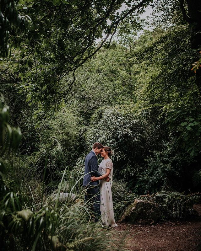 Selina and Iain this past June, isn't this stunning?! 🌿🌿🌿 It's always an amazing moment to see wedding pictures, hats off to you @ariannafentonphotography 😍