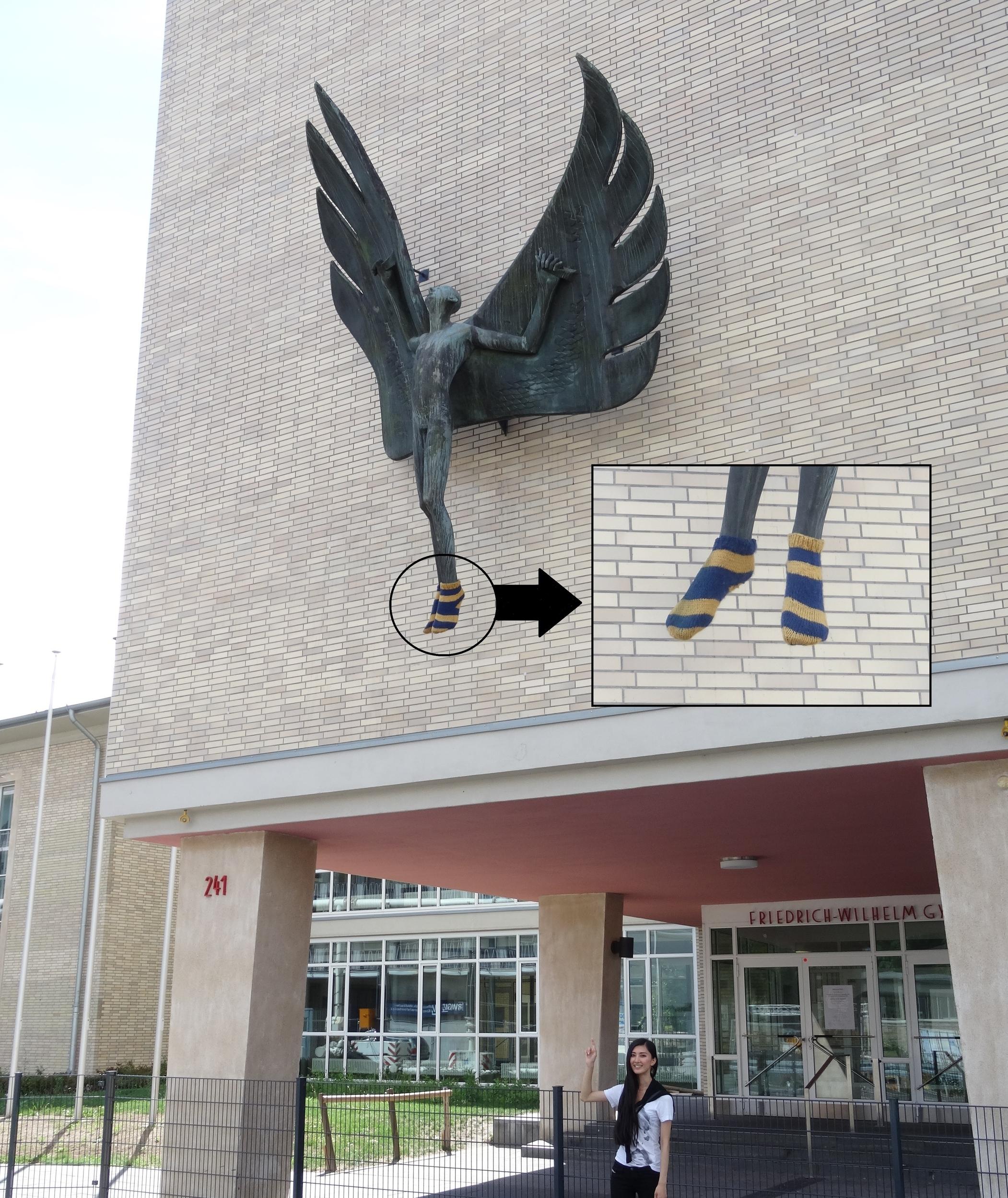 15. Aug. 2015: Eine komische Bronzestatue mit Socken!!