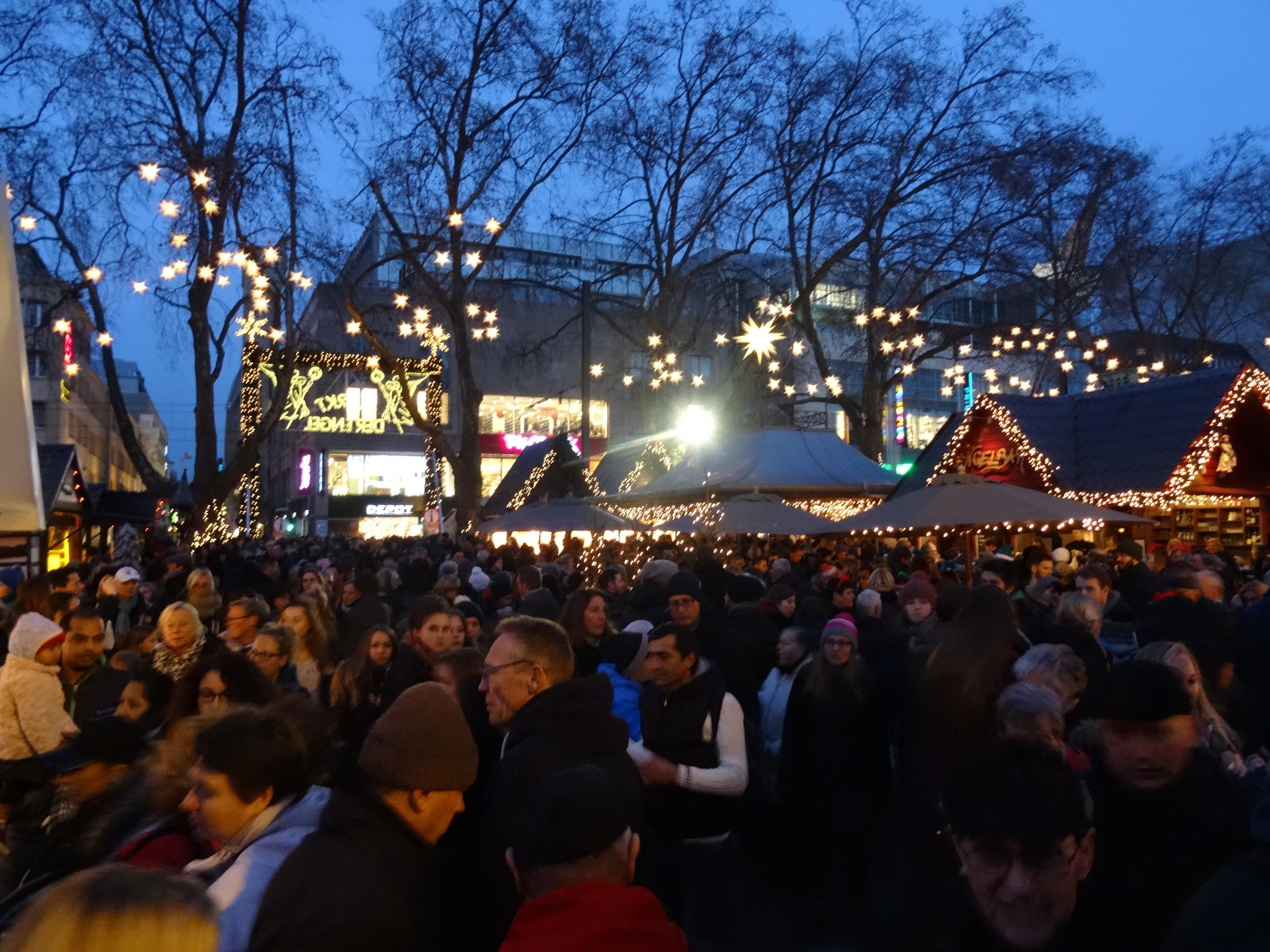 28.Nov.2015 : Viele Leute auf Weihnachtsmarkt