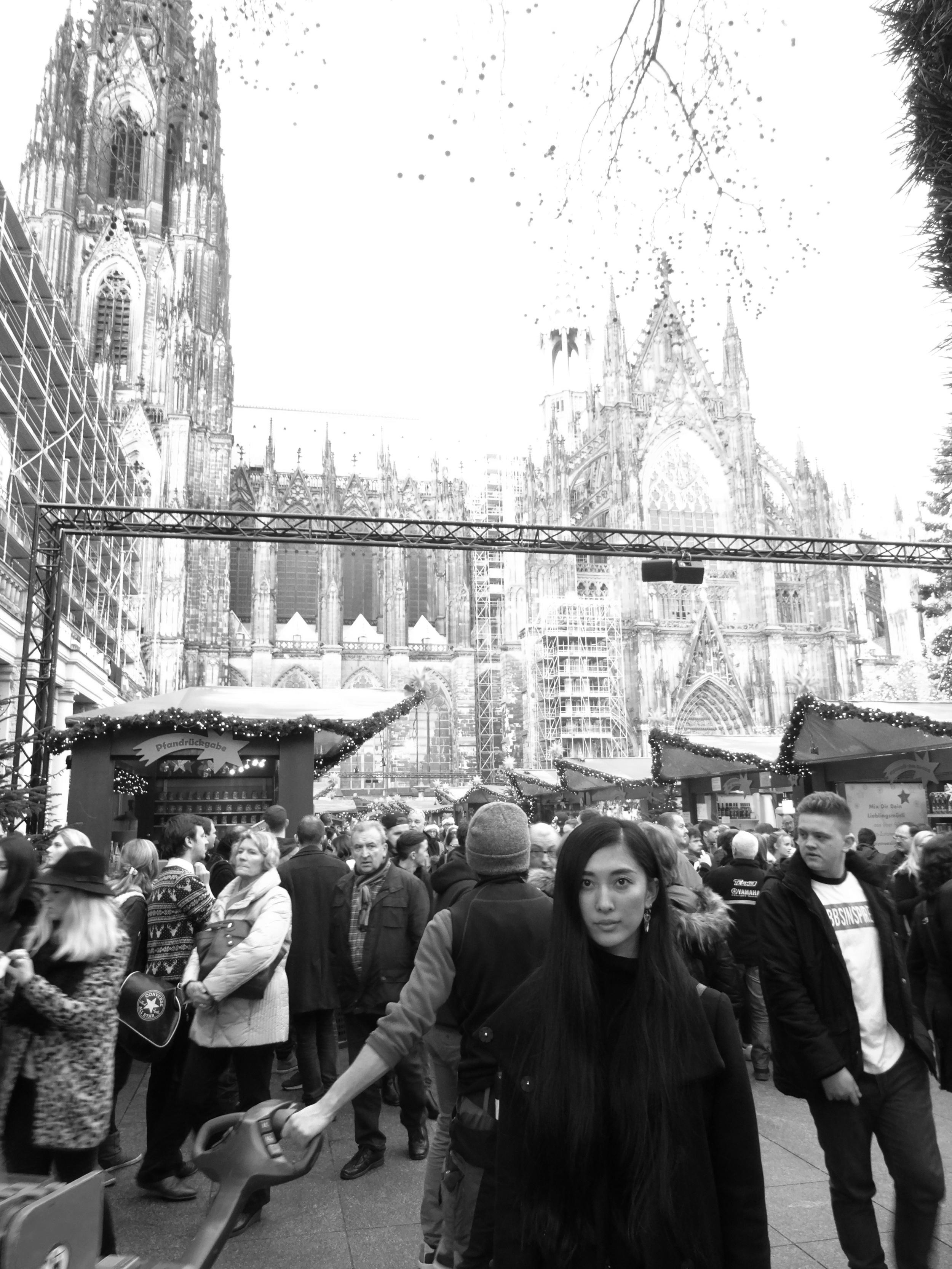 19.Dez.2015 : Vor dem Eingang vom Dom Weihnachtsmarkt