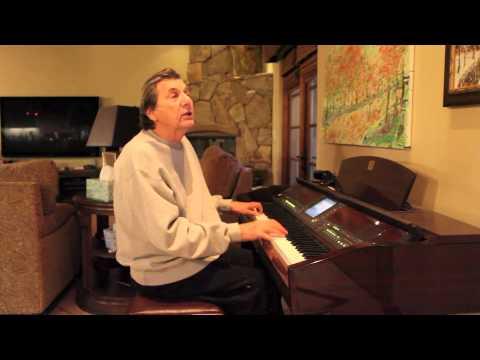 カサブランカのテーマソングを弾き語るバートさん(credit: http://www.burtgoldman.com/)