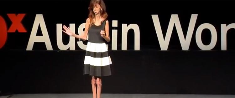聴衆の前でユーモアを交えて語るリジ―さん。TEDTalk: https://www.youtube.com/watch?v=c62Aqdlzvqk