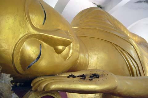 ラオス、ワットウラバートの涅槃仏のアルカイック・スマイル
