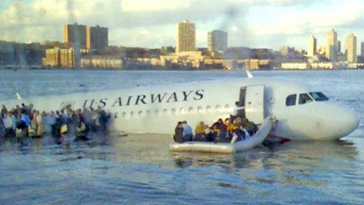 極寒のハドソン川に不時着水した航空機から救出される155人の乗客と乗組員