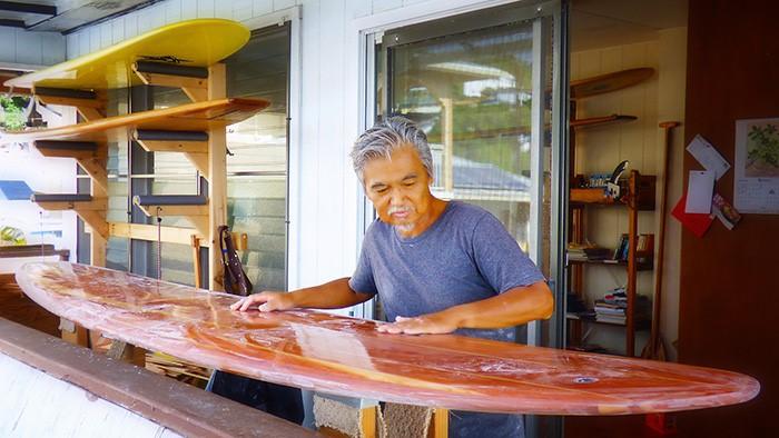 サーフボード制作中の玉野幸也さん、ホノルルで。