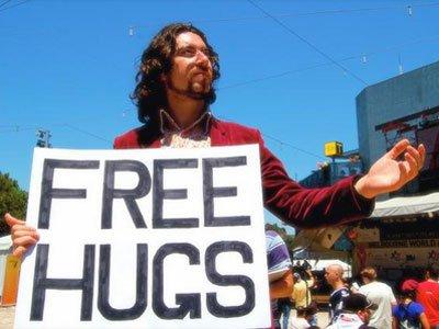 フリーハグをシドニー市で提供するオーストラリアの青年ホワンさん