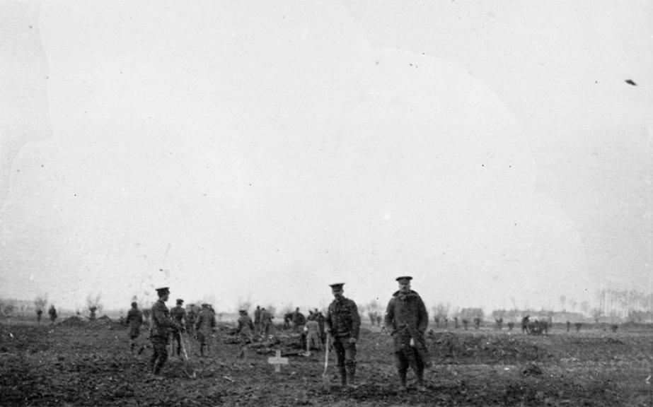 自主停戦中、逝った戦友たちの為の墓穴を掘る兵士たち( Imperial War Museum  )