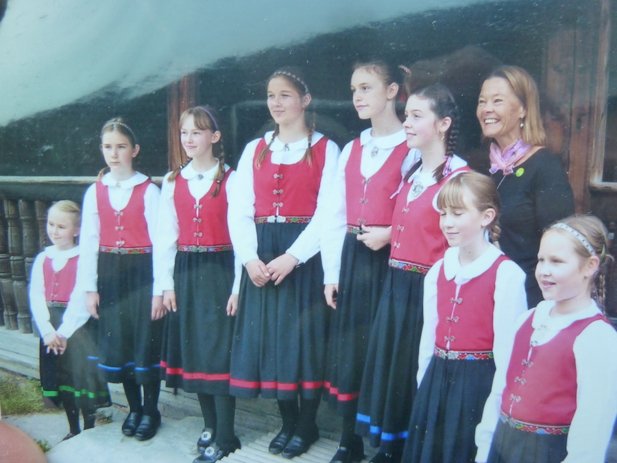 Linda Spencer, with young skandia dancers, Norway, 2006