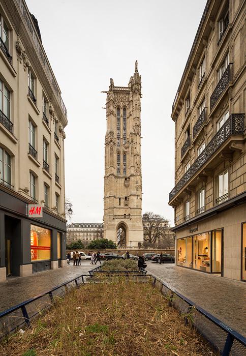 Avec l'utilisation d'un objectif à décentrement, il suffit de décentrer vers le haut pour récupérer le haut du bâtiment tout en conservant les proportions des bâtiments.