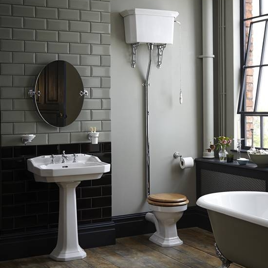 Toalett i nostalgisk stil med høy sisterne.