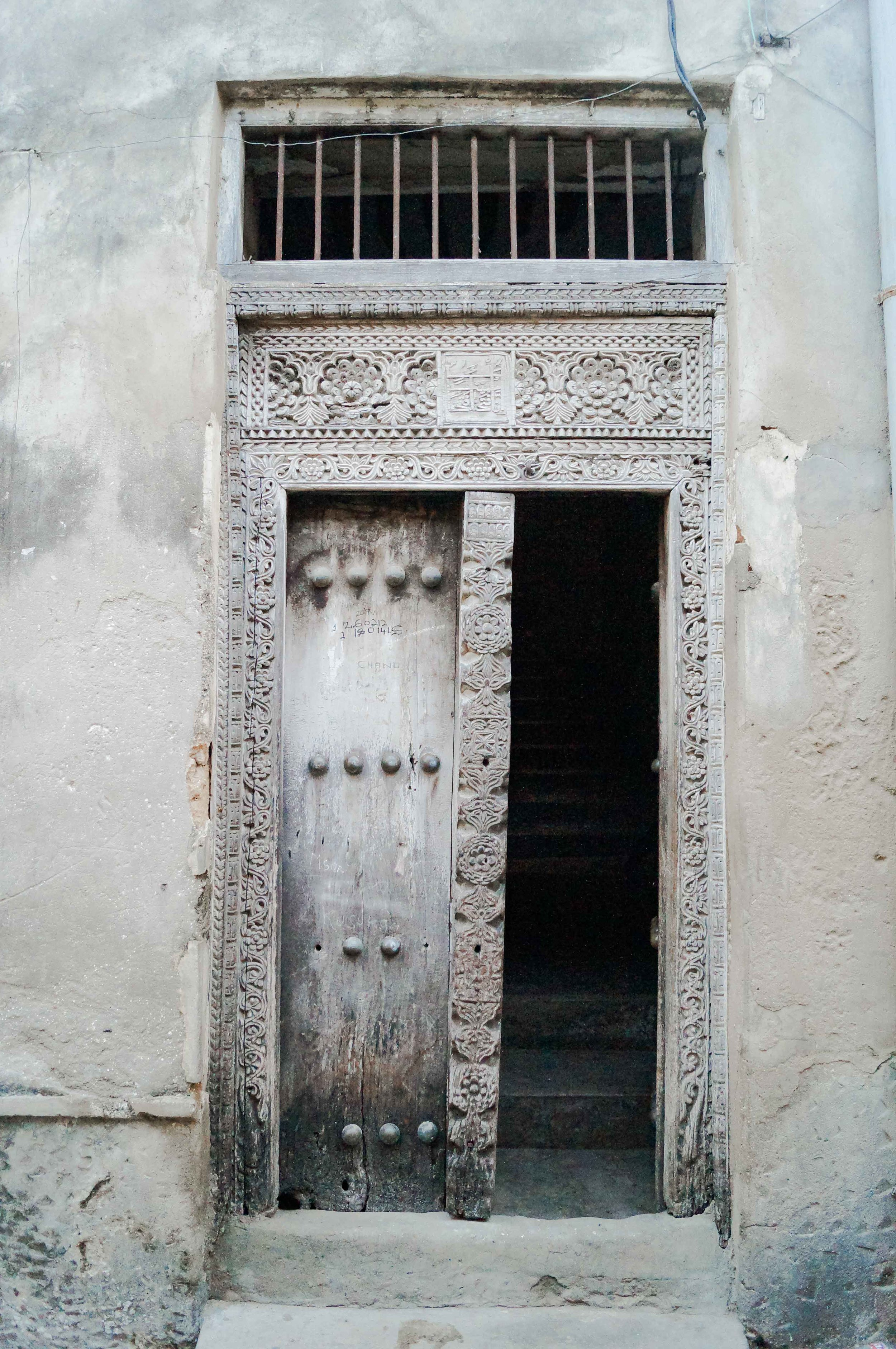 The most well-known feature of Zanzibari houses are the finely decorated wooden doors, with rich carvings and bas-reliefs, sometimes with big brass studs of Indian tradition
