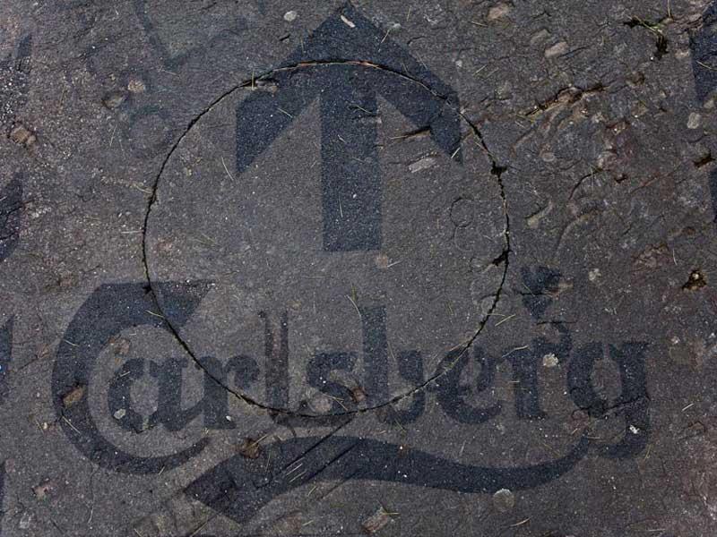 calrsberg-uses-reverse-graffiti-cleaned-advertising.jpg
