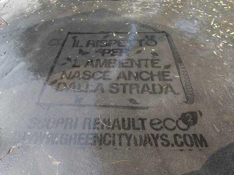 Renault-reverse-graffiti-cleaned-advertising-italy.JPG
