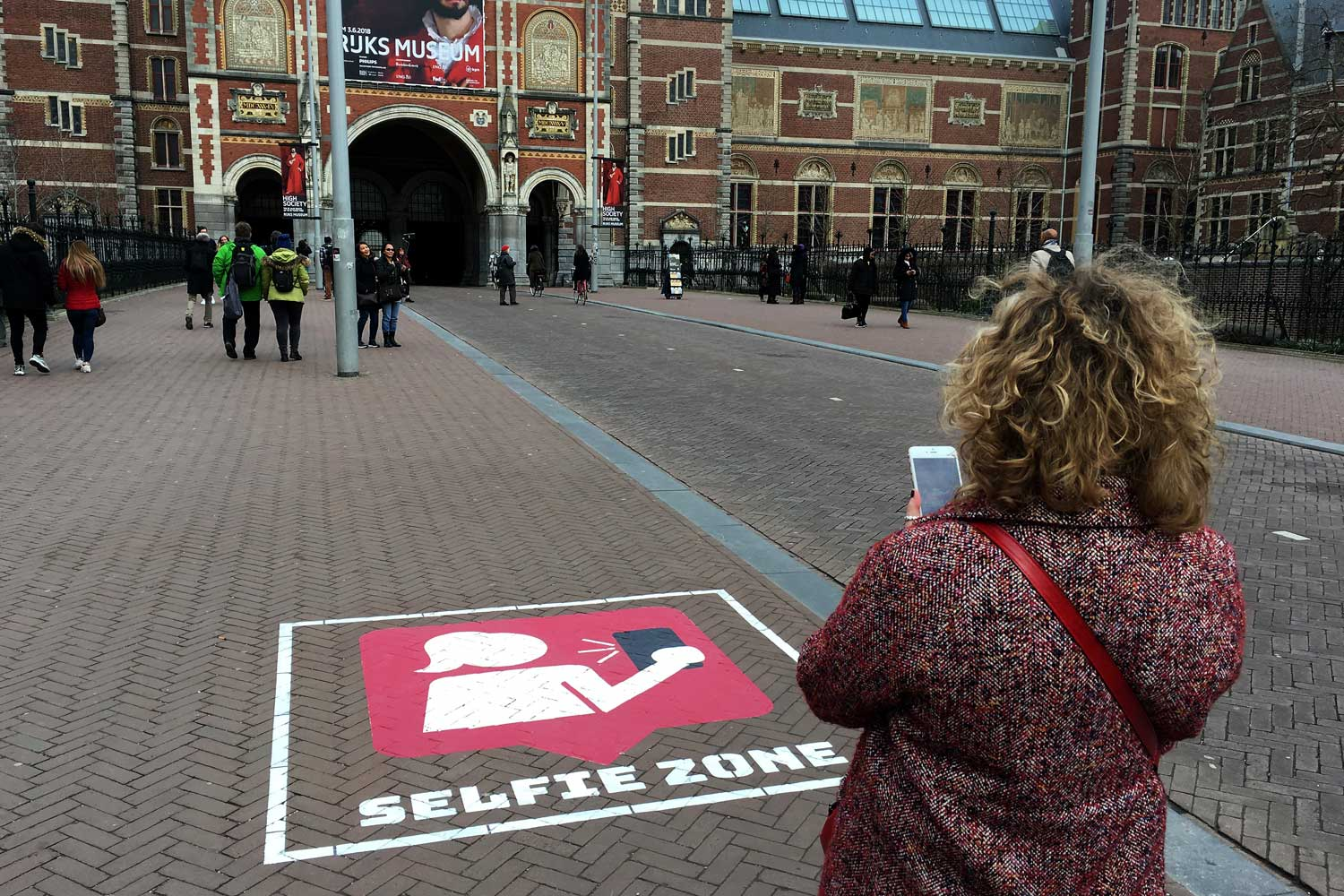Selfie zone  improves public safety near busy bike path.  See case.   Download evaluation report  (Nederlands)