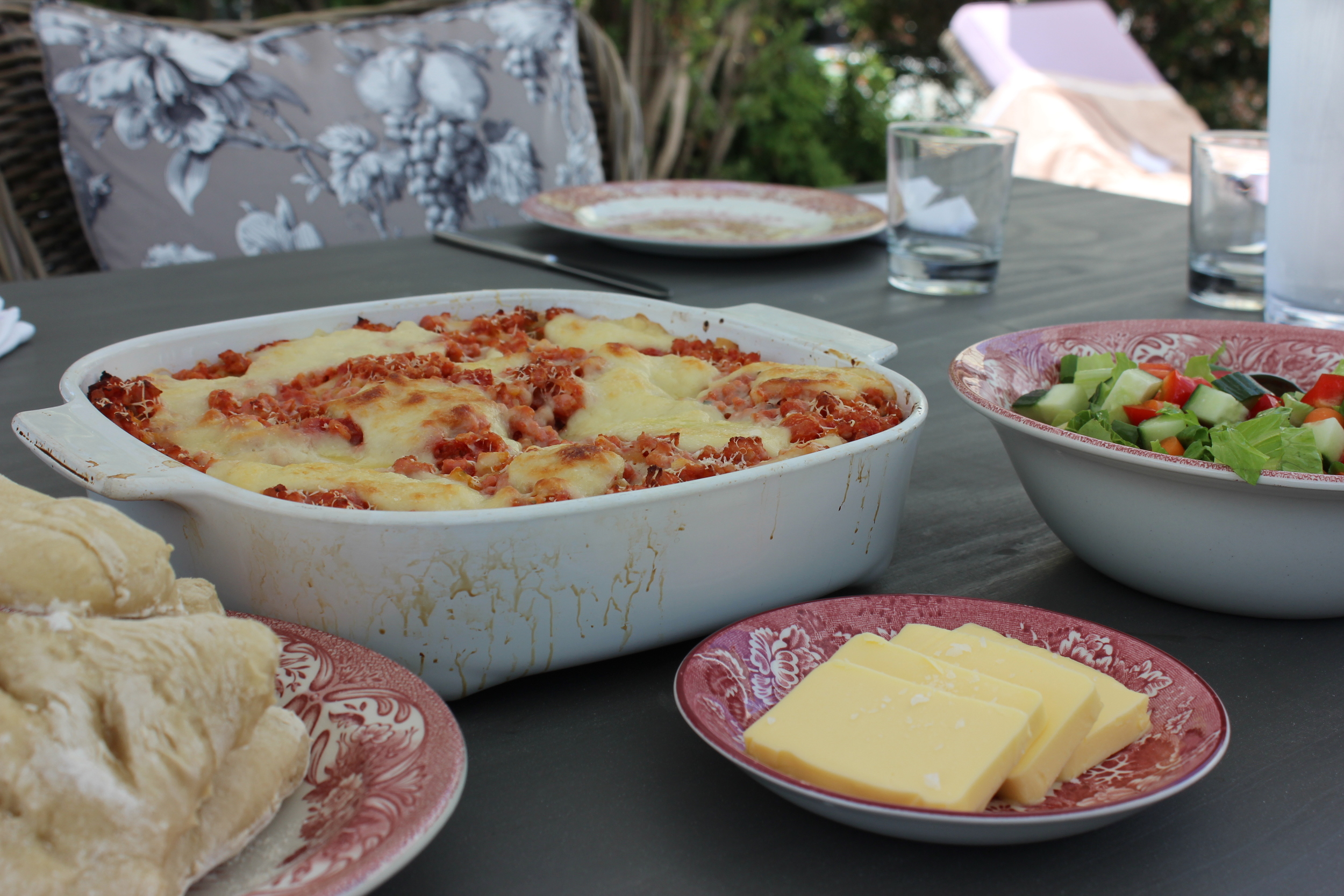 lasagne på bordet m tilbehør.JPG