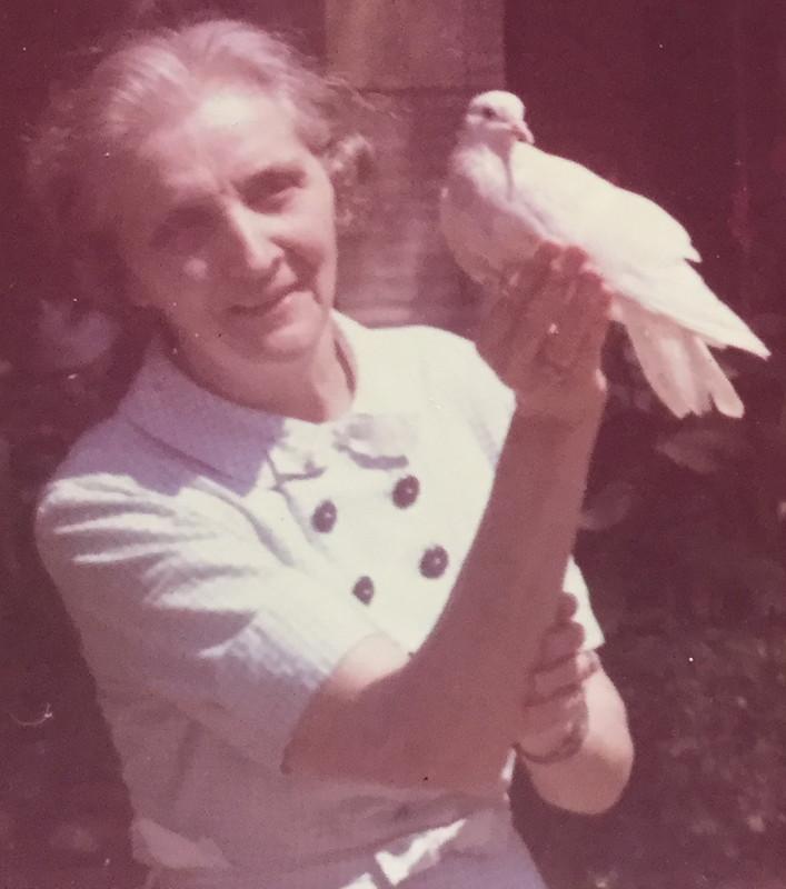 Lucia De Viti de Marco con una colomba