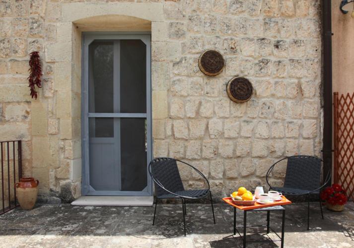 La-Casa-di-Ora-Fondazione-Le-Costantine-Camera-05b-quadrupla-con-balcone-foto-originali-terrazza_rad_rid.jpg
