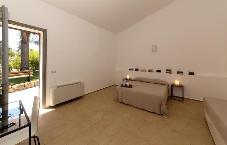 La-Casa-di-Ora-Fondazione-Le-Costantine-Camera-12a.1-Ph-GioLeo-lug-2017_rad_curv_contr.jpg