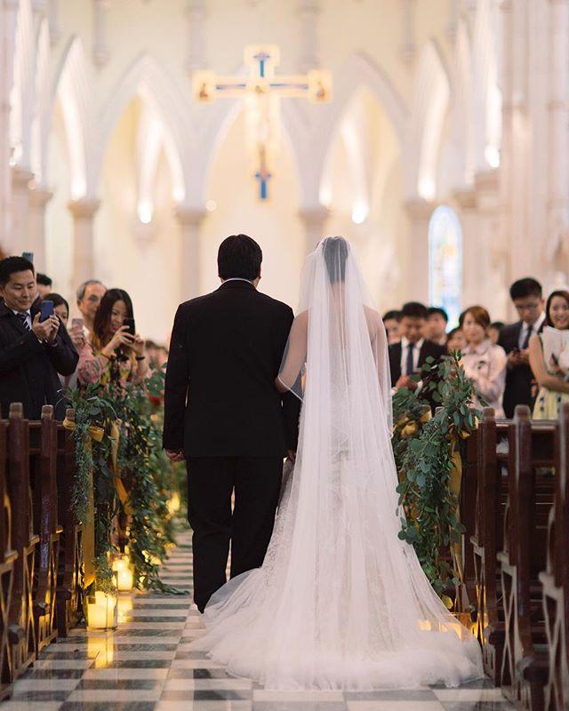 爸爸挽著女兒的手,付託給她最愛的男人⠀ ⠀ Wedding day photography @nikkiloveu.photo