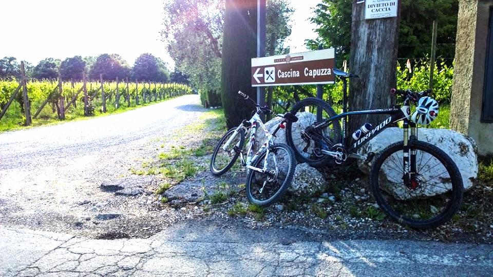 Il percorso, di circa 35 km, prevede un percorso in bicicletta attraverso stradine e sentieri collinari intervallati da punti di degustazione di prodotti tipici.
