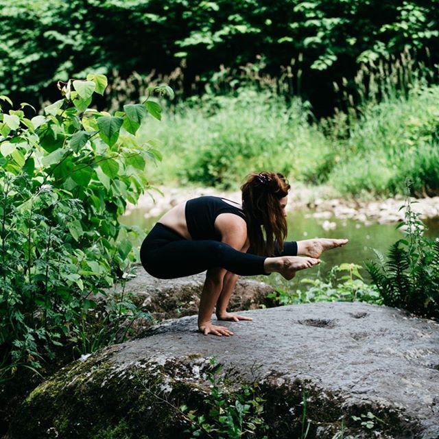 Ein wunderschöner Tag in der Natur und fernab von allem Schnellen, Ziellosen und Chaotischen. Fokus auf dich und deine Umwelt. @navinayoga #yogaoutside #yogaeveryday #yogalove #ashtangayoga #ashtangi #practiseandalliscoming #breathing #focussing #selfpractise #omshanti #mediationinmotion #sharegoodvibes  Nächstes Mal mach ich auch mit und die Kamera bleibt zuhause... #lovemyjob #portraiture #portraitpage #slowliving