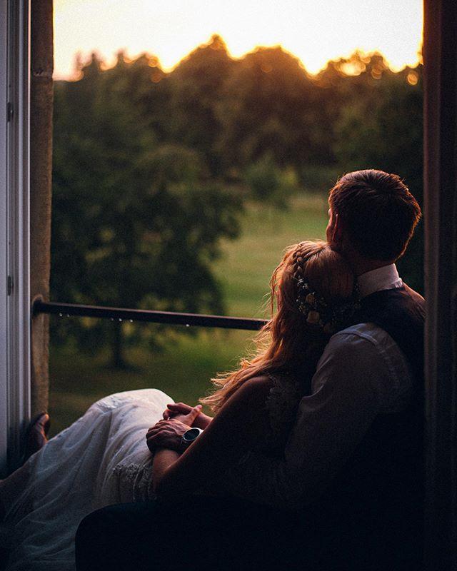 Letzten Samstag hatte ich eigentlich mit einem Paarshooting im Sonnenuntergang abgeschlossen. Nachdem es den ganzen Nachmittag geregnet hatte, beschloss ich mit dem Brautpaar dennoch eine kleine Miniauszeit von der Party zu nehmen und siehe da – wir Glückspilze! Sonnenuntergang bei Regen. Leute, das war Wahnsinn! #schockverliebt  #ilovemyjob #imauftragderliebe . . #heyheyhellomay #junebugweddings #Authenticlovemag #storyteller #romanticbride #storytelling #authenticlove #vsco #rfwppi #belovedstories #vscofilm #greenweddingshoes #lookslikefilm #romanticbride #weddingstyle #couplegoals #wedding #hochzeit #myhochzeitswahn #hochzeitsfotografnrw #dirtybootsandmessyhair #sharegoodvibes #photobugcommunity #radlovestories #radstorytellers #loverly #theknot #yourockphotographers