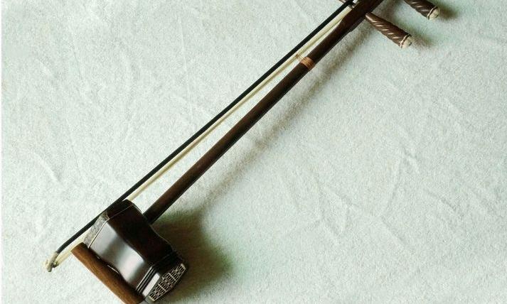 二胡 Erhu - 二胡普通被認為始於唐朝,至今約擁有一千多年的歷史。由於它的音色淒冷哀怨,吸引了不少人,讓他們對這件樂器鍾情,因此二胡並非偏門的樂器,在公園的涼亭、電影的情節,常常可以看到它的影縱。除了彈奏民樂外,以二胡彈奏流行曲亦是常見的情況,現時很多古裝電視劇的主題曲,為了在編曲營造古代的武俠感,皆會在編曲上加入中樂的元素,而二胡最常用加入至流行曲的中樂樂器之一。
